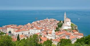 Historische stad van Piran Stad bij het overzees Boten Significante kerk Stock Foto