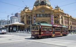 Historische Stadt-Kreis-Tram, die Flinders-Straßen-Station, Melbourne, Australien führt Stockbilder