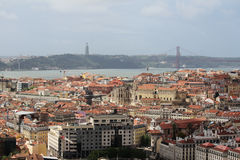 Historische Stadt Lissabons und 25. von April Bridge Panorama, Portugal Stockbild
