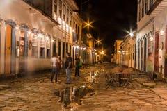 Historische Stadt Paraty nachts lizenzfreie stockbilder