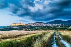 Historische Stadt von Assisi an der Dämmerung, Umbrien, Italien Lizenzfreies Stockbild