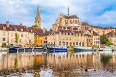 Historische Stadt von Auxerre mit die Yonne-Fluss, Burgunder, Frankreich Lizenzfreies Stockbild