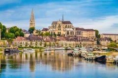 Historische Stadt von Auxerre mit die Yonne-Fluss, Burgunder, Frankreich Lizenzfreie Stockbilder