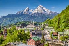 Historische Stadt von Berchtesgaden mit Watzmann-Berg im Frühjahr, stockfotografie