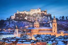 Historische Stadt von Salzburg mit Festung Hohensalzburg im Winter Lizenzfreie Stockfotos