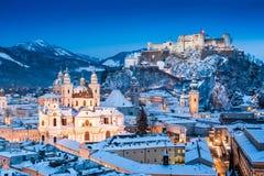 Historische Stadt von Salzburg mit Festung Hohensalzburg im Winter Stockbild