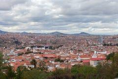 Historische Stadt von Sucre mit einer Vogelperspektive über dem Kathedralenturm in Bolivien, Südamerika lizenzfreies stockbild