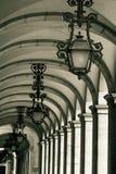 Historische steeg met lantaarns en overwelfde galerijen in Praca do Comerci Stock Foto