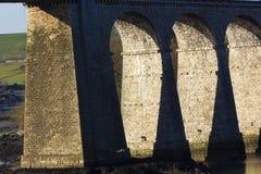 Historische steenbogen van de Menai-Hangbrug, Eiland van Anglesey, Noord-Wales Stock Afbeeldingen