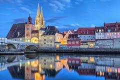 Historische Steinbrücke und Brücke ragen in Regensburg hoch Lizenzfreie Stockbilder