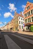 Historische Straße mit Gebäuden in der typischen flämischen Architektur, gemalt mit klaren Farben Stockfotos