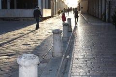 Historische Straße in Zadar Kroatien zum Kathedralen-Turm stockfotos