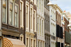 Historische Straßenfassade in Holland Lizenzfreies Stockbild
