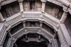 Historische Struktur des Adalaj-Schrittbrunnens Stockfotos