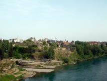 Historische Türkischeruinen auf Banken von Moraca mit alter Stadt im Ba Lizenzfreie Stockfotos