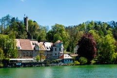 Historische terrasvormige huizen op de bank van een rivier stock foto