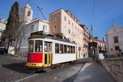 Historische Tram in Alfama-Bezirk von Lissabon Stockfoto