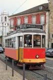 Historische tram in Alfama Lissabon stock fotografie