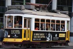 Historische Tram 28 in Lissabon, Portugal Lizenzfreie Stockfotos