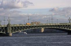 Historische tram op brug Troitskiy Stock Foto