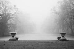 Historische Vasen und ein gefrorener Teich Lizenzfreie Stockfotos