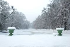 Historische Vasen und ein gefrorener Teich unter Schnee Stockbild