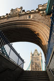 Historische viktorianische Kontrollturm-Brücke in London England Stockbild