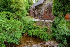 Historische Wasserkraftmaschinerie alten Watermill-Hauses lizenzfreie stockbilder
