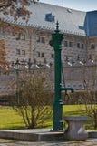 Historische waterpomp en sgraffito voorzijde in Praag Royalty-vrije Stock Afbeeldingen