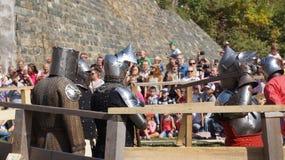 Historische wederopbouw De ridders in het stadion treffen voor slag voorbereidingen stock foto