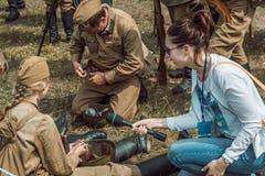 Historische wederopbouw tweede wereldoorlog De bemanning is intervie Royalty-vrije Stock Fotografie