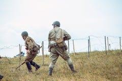 Historische wederopbouw tweede wereldoorlog De militairen gaan op a Stock Foto's