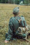 Historische wederopbouw tweede wereldoorlog Een Duitse militair zit Royalty-vrije Stock Afbeelding