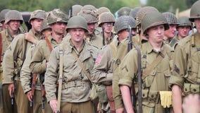 Historische wederopbouw van de Tweede Wereldoorlog Het legermilitairen van de V.S. stock video