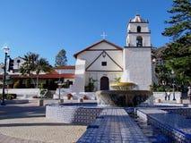 Historische weiße Steinkirche Stockfotos