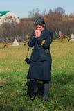 Historische Wiederinkraftsetzung Moskau-Kampfes Deutscher Frauensoldat-reenactor stockfoto