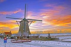 Historische Windmühle in der Landschaft von den Niederlanden Lizenzfreie Stockbilder