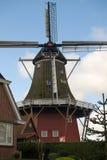 Historische Windmühle hinter einer Hecke Lizenzfreie Stockbilder