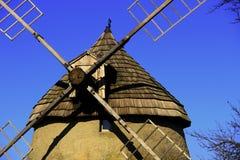 Historische Windmühle mit blauem Himmel Stockfotos