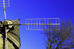 Historische Windmühle mit blauem Himmel Stockfotografie