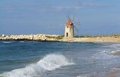 Historische Windmühle in Sizilien Stockbilder