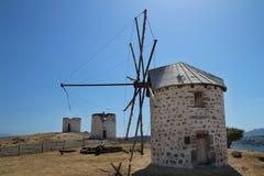 Historische Windmühlen auf einem Hügel in Bodrum Stockbilder