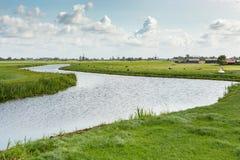 Historische Windmolens, landbouwbedrijven en koeien in Oud Ade stock foto's