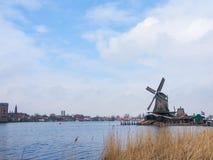 Historische windmolens in Zaanse Schans stock afbeeldingen