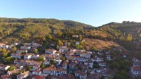 Historische Witte Huizen, Sirince-Dorp, Izmir Turkije Het luchtschot van de meningshommel stock video