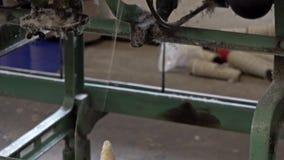 Historische wollen molenproductie in Wales - het Verenigd Koninkrijk stock videobeelden