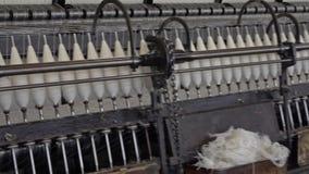 Historische wollen molenproductie in Wales - het Verenigd Koninkrijk stock footage