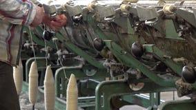 Historische wollen molenproductie in Wales - het Verenigd Koninkrijk stock video