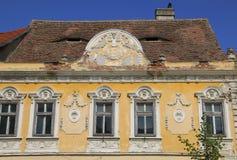 Historischer Altbau der Fassade im mittelalterlichen Stadt Sibiu-Herma lizenzfreie stockbilder
