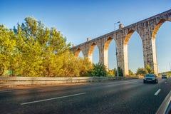 Historischer Aquädukt in der Stadt von Lissabon baute in 18 Stockfotografie